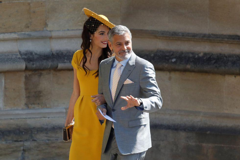 El actor estadounidense George Clooney (derecha) y su esposa, la abogada británica Amal Clooney (izquierda).