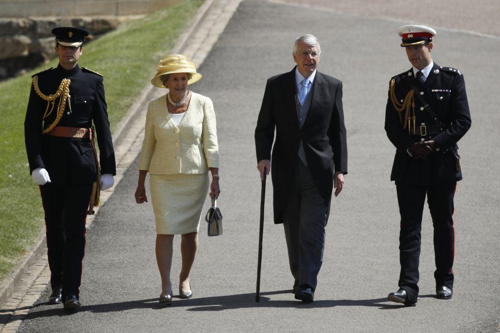 El exprimer ministro británico John Major y su esposa Norma llegan a la capilla de San Jorge en el castillo de Windsor.