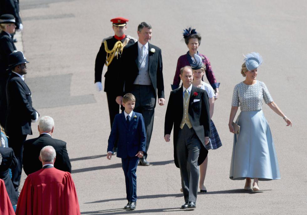 James, Vizconde Severn, Príncipe Eduardo, Conde de Wessex, Lady Louise Windsor y Sophie, Condesa de Wessex y Timothy Laurence y la Princesa Ana.