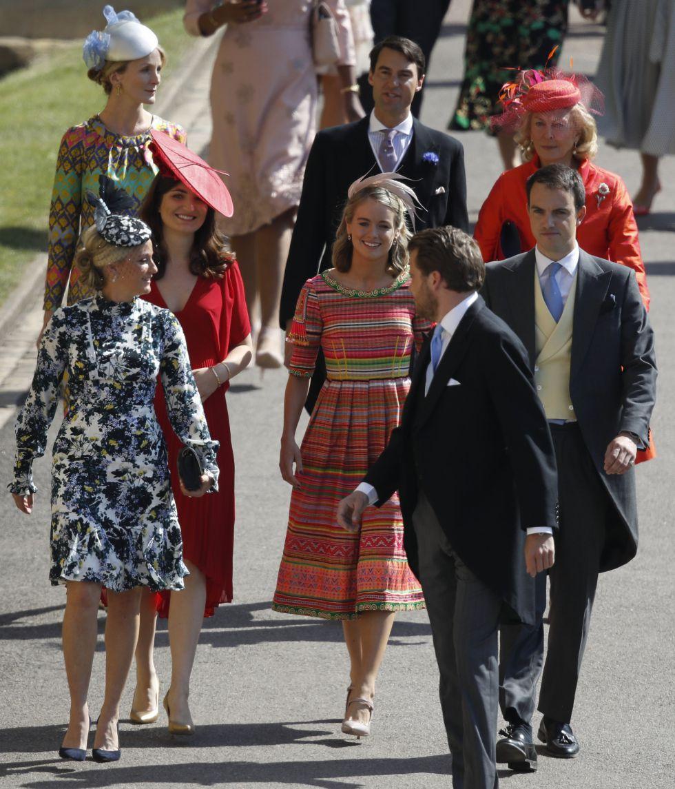 La actriz británica Cressida Bonas (centro) llega a la Capilla de San Jorge en el Castillo de Windsor.