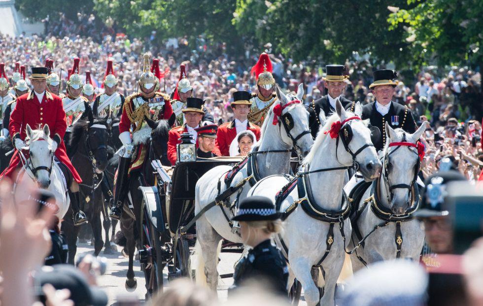 Cientos de miles de personas esperando a ver a los nuevos duques.