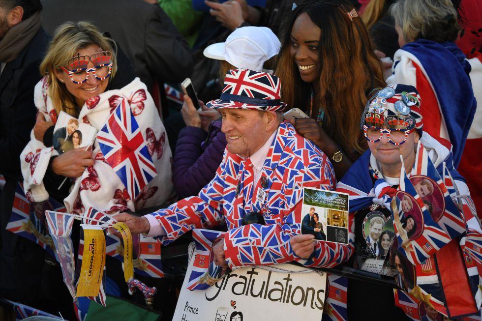 Fanáticos de la familia real inglesa a la espera de la salida de los nuevos duques de Sussex.