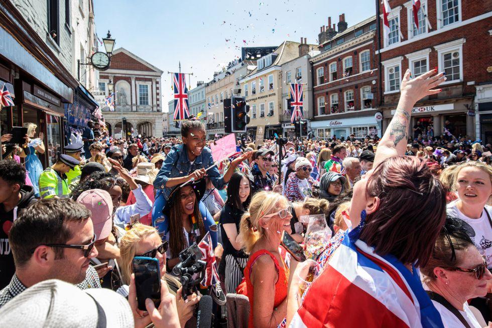 Una multitud celebrando el enlace matrimonial y lanzando confeti en Windsor, Inglaterra.