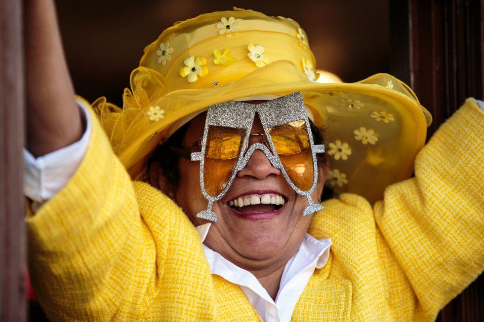 Una mujer celebrando la boda real a la que ha acudido en los alrededores del Castillo de Windsor junto a otras 2.000 personas invitadas.