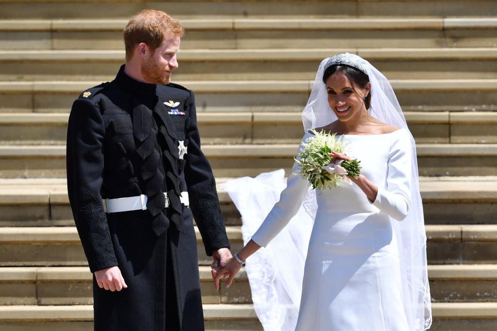 El príncipe Enrique, Duque de Sussex y Meghan Markle, Duquesa de Sussex saliendo de la Capilla de San Jorge tras la ceremonia.