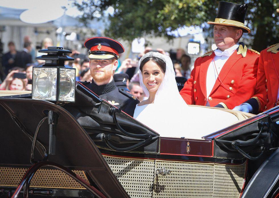 Los nuevos Duques de Sussex en un carruaje de caballos tras la ceremonia.