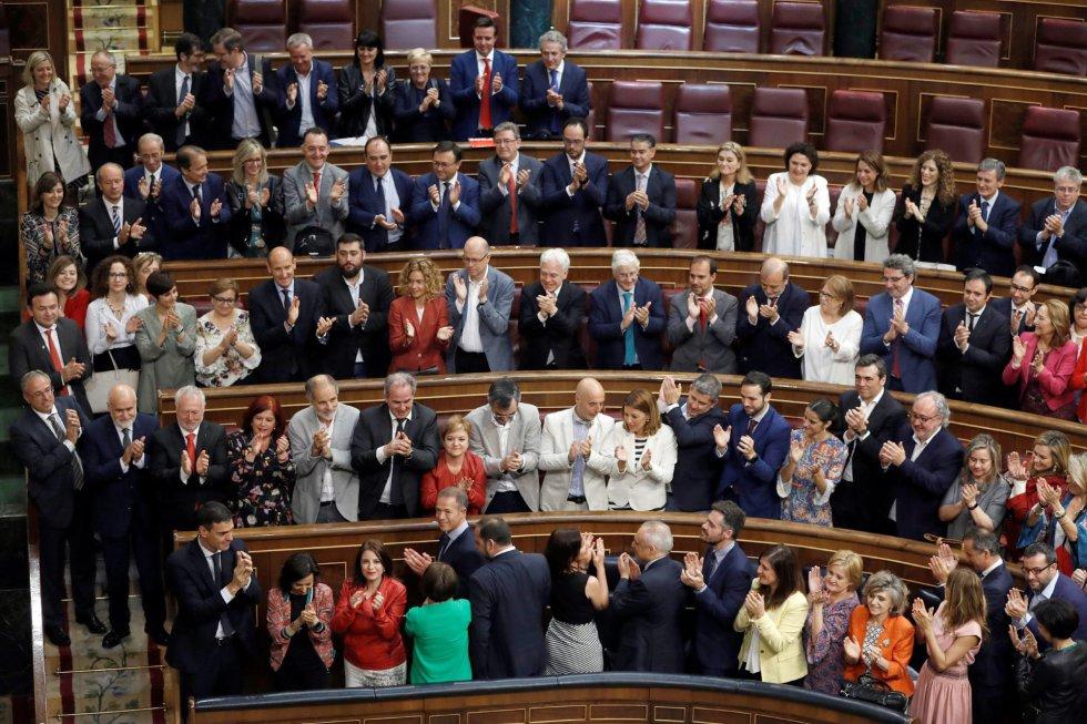 El secretario general del PSOE Pedro Sánchez, es aplaudido por su grupo parlamentario en el hemiciclo del Congreso.