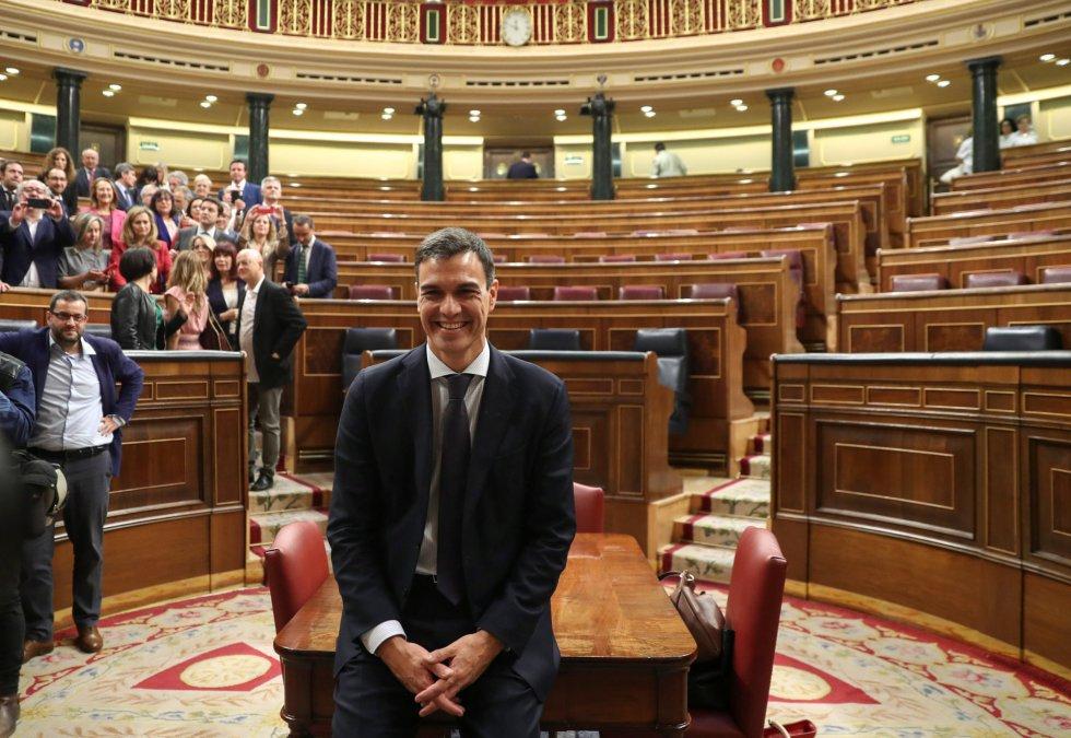 Pedro Sánchez posa para los fotógrafos tras ganar la moción de censura.