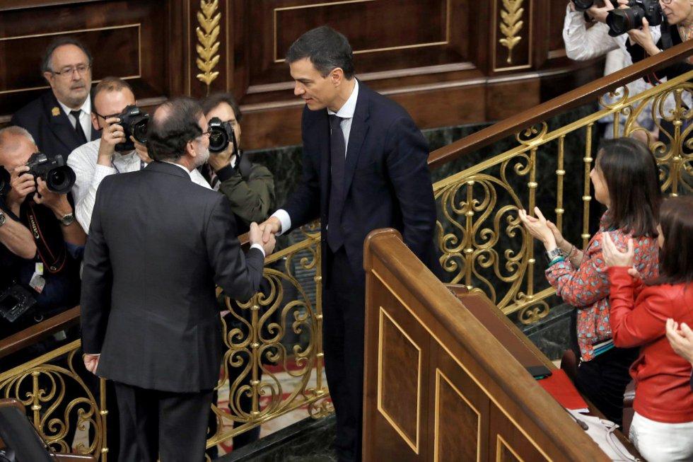 El secretario general del PSOE Pedro Sánchez, saluda a Mariano Rajoy, ya censurado.