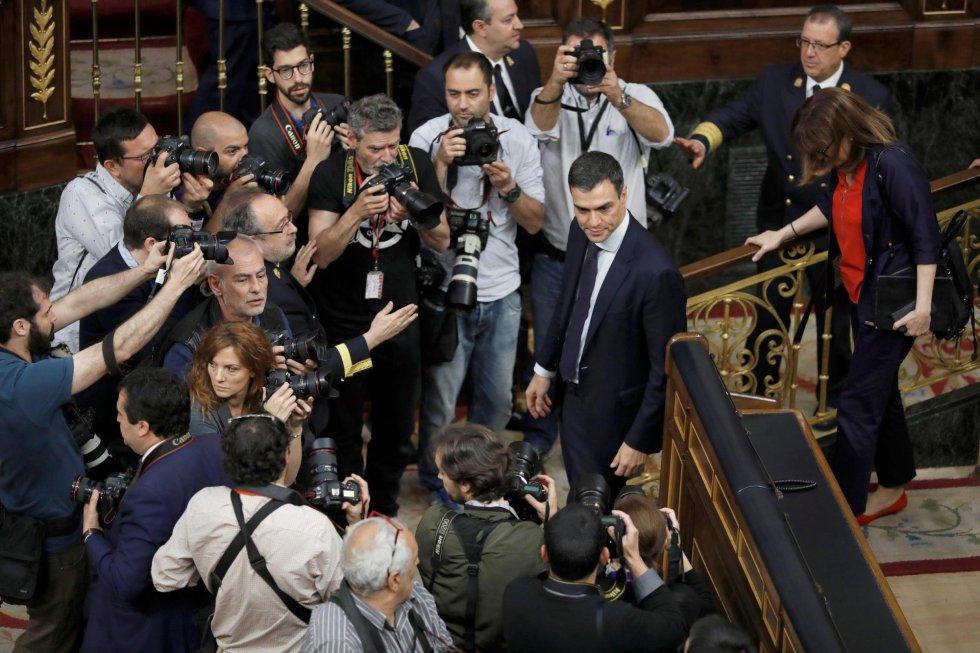 El líder socialista, Pedro Sánchez, rodeado por los medios gráficos tras las votaciones de la moción de censura.