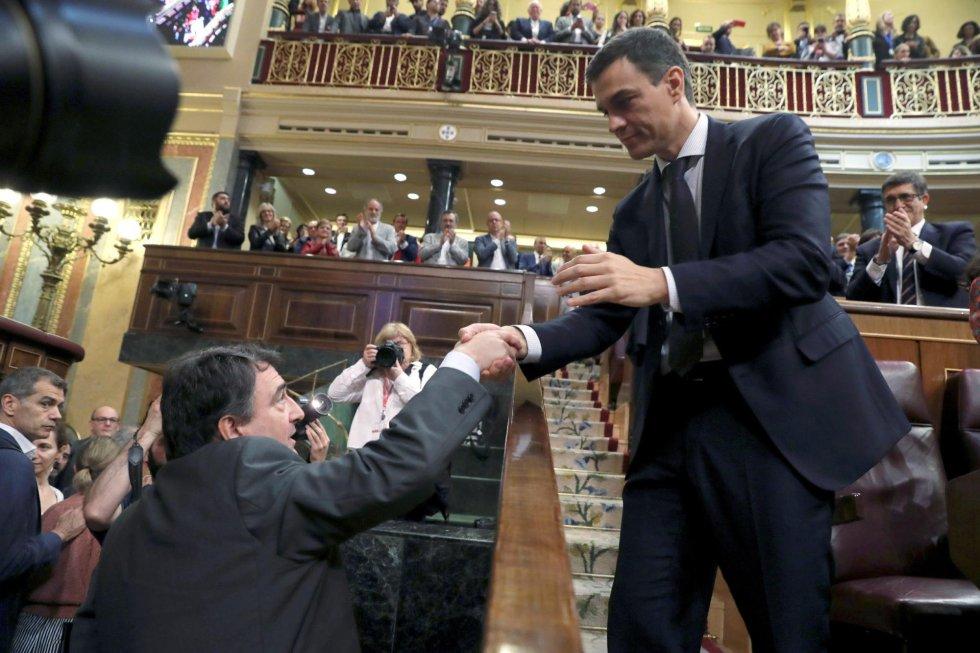 El secretario general del PSOE Pedro Sánchez, saluda al portavoz del PNV Aitor Esteban. Los votos a favor de su partido han sido decisivos para el triunfo de la moción de censura.