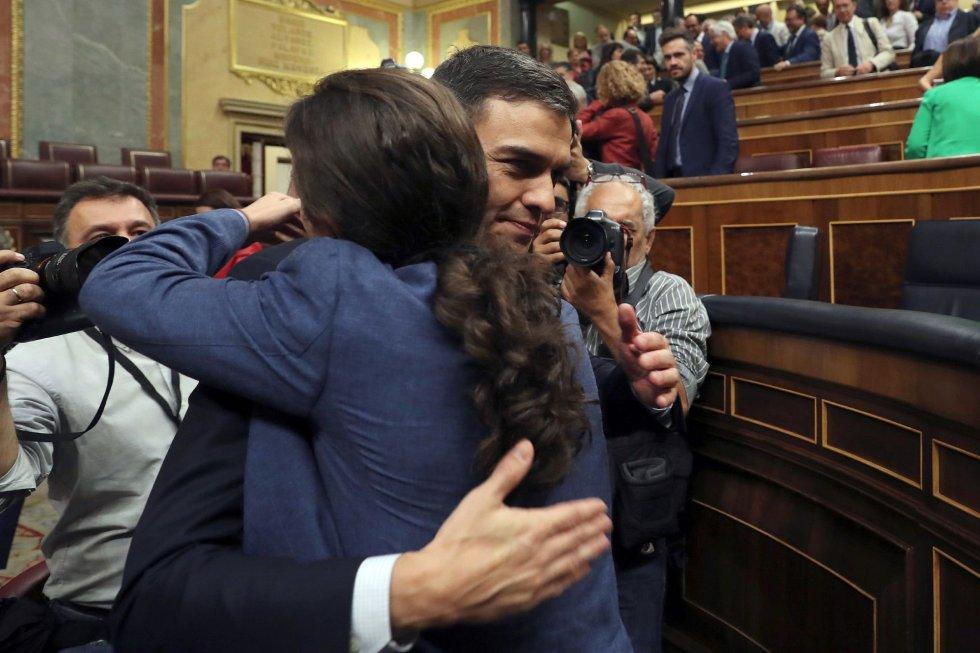 El secretario general del PSOE Pedro Sánchez, abraza al líder de Podemos Pablo Iglesias.