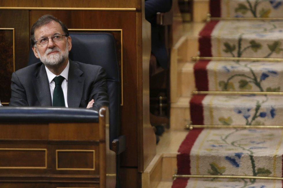 Mariano Rajoy se ha sentado en su escaño del Congreso a las 10:24 horas, casi una hora y media después del inicio de la segunda sesión del debate de la moción de censura de Pedro Sánchez contra. Aunque se esperaba su presencia al inicio del pleno a las 9, porque estaba en la agenda del presidente, no fue así. Tampoco llegó para escuchar a Rafael Hernando, el portavoz de su partido.
