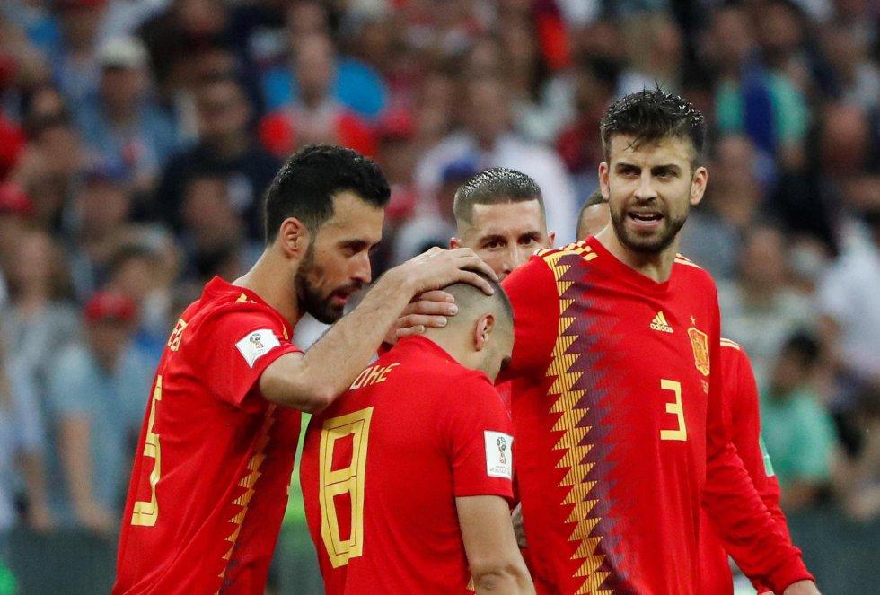 Busquets, Piqué y Ramos consuelan a Koke, que falló un penalti en la tanda