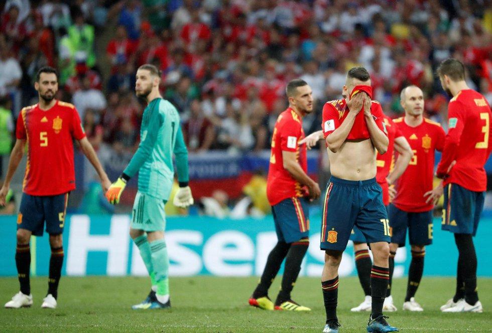 Jordi Alba se lamenta, tapándose la cara con la camiseta
