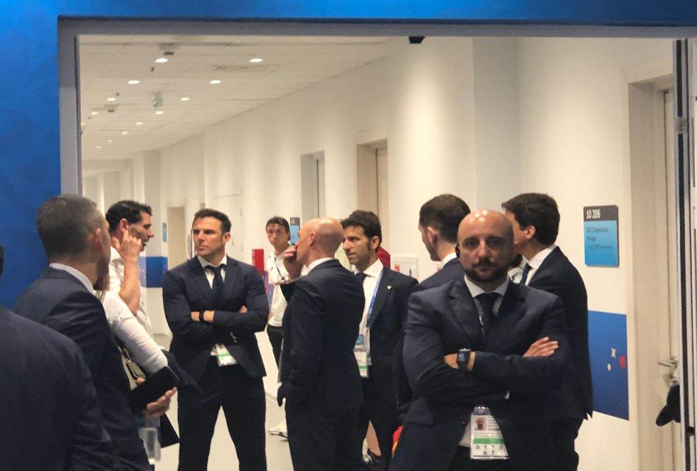 Hierro, Rubiales y Marchena conversan en la puerta del vestuario de España, después del partido