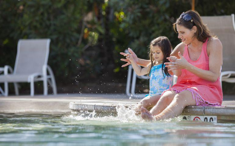 Los errores más habituales que ponen en riesgo la vida de tu hijo en playa y piscina