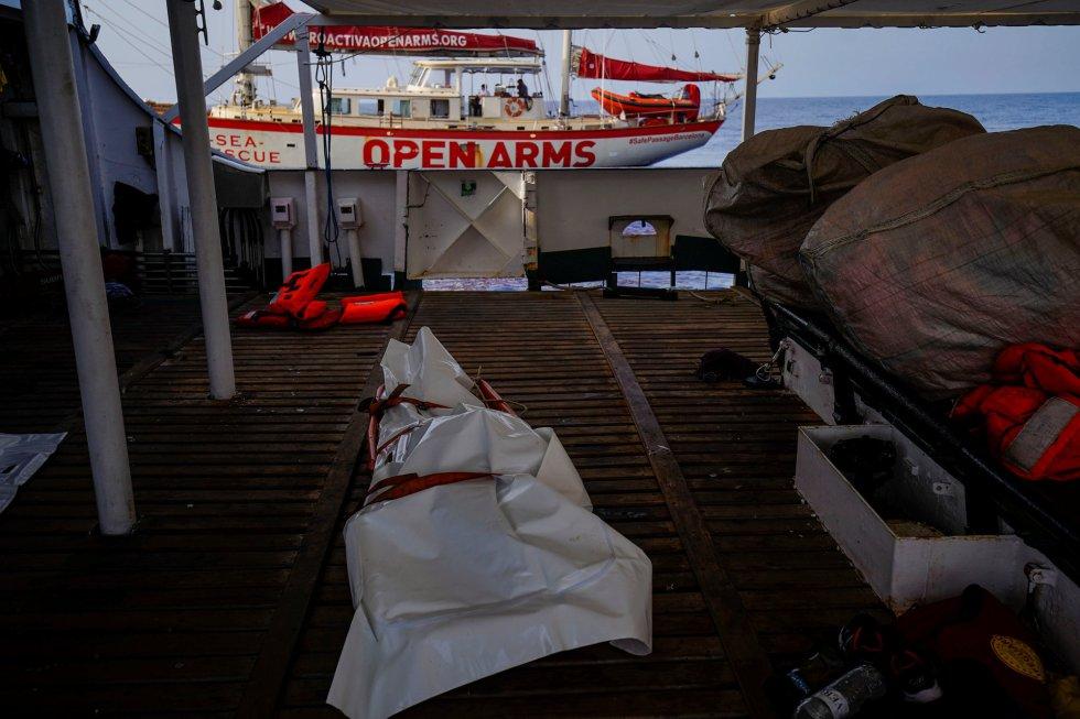 Open Arms rescata a una mujer con vida y los cadáveres de otra mujer y un bebé tras ser abandonados por la guardia costera libia