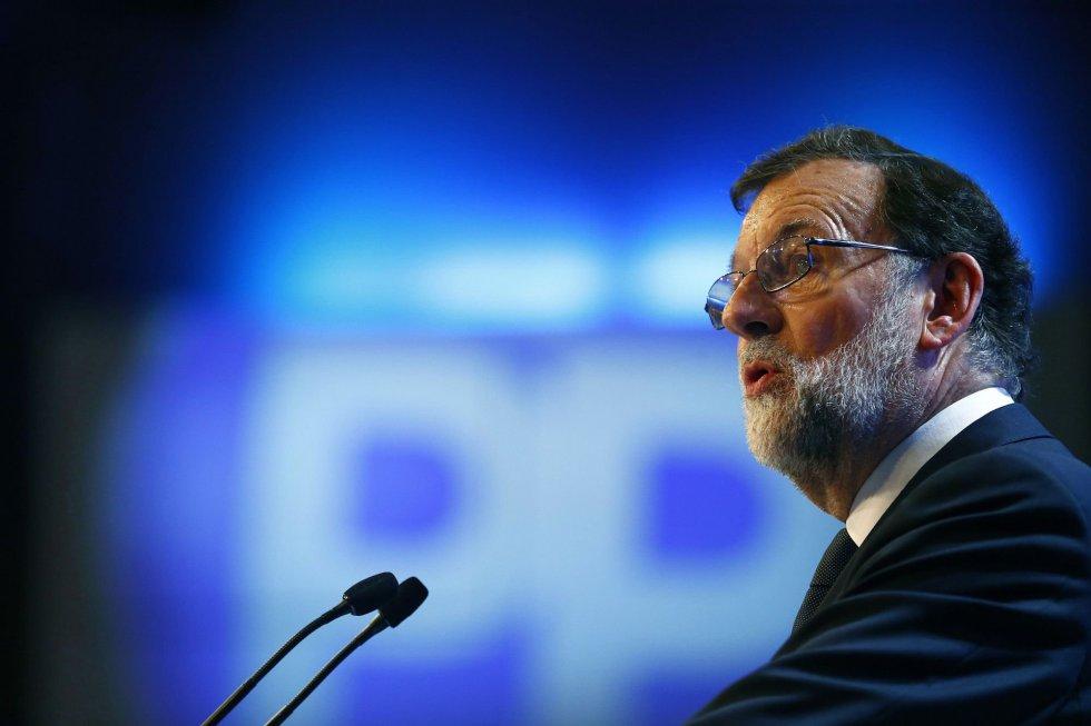 """El presidente del PP, Mariano Rajoy, durante su intervención en la celebración del Congreso Nacional del Partido Popular, hoy en Madrid, donde ha afirmado que aunque deje de ser el líder del partido, """"es un honor ser militante del PP"""" y seguirá siéndolo """"siempre"""""""