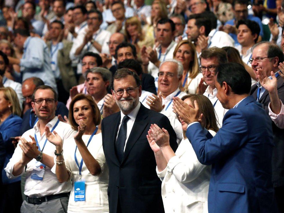 El expresidente del Gobierno Mariano Rajoy (c), junto a su esposa, Elvira Fernández Balboa (2d), la exministra de Defensa María Dolores de Cospedal (2i), el coordinador general del PP, Fernando Martínez Maíllo (d), y el vicesecretario sectorial del PP, Javier Maroto (i), durante la celebración del Congreso Nacional del Partido Popular, hoy en Madrid