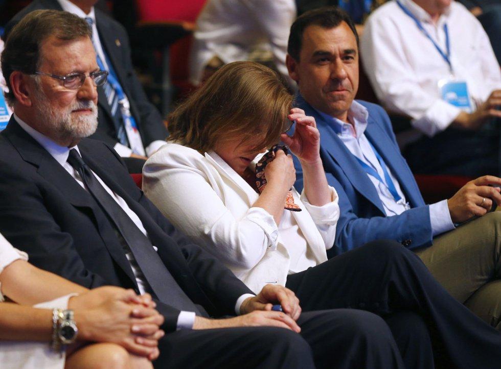 El expresidente del Gobierno Mariano Rajoy (i), junto al coordinador general del PP, Fernando Martínez Maíllo (d), y a su a su esposa, Elvira Fernández Balboa (2d), quien se ha emocionado durante la celebración del Congreso Nacional del Partido Popular, hoy en Madrid