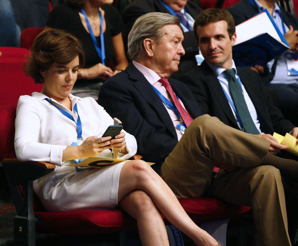 Los candidatos a liderar al PP, Soraya Saénz de Santamaría (i) y Pablo Casado (d), junto al presidente de la Comisión Organizadora, Luis de Grandes (c), durante la celebración del Congreso Nacional del Partido Popular, hoy en Madrid