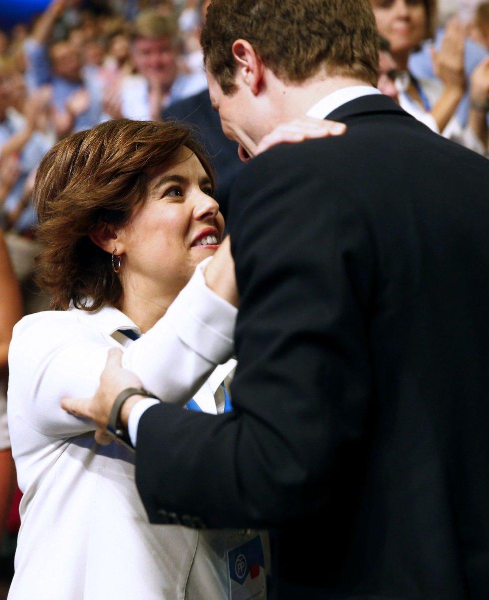 Los dos candidatos a liderar el PP Soraya Sáenz de Santamaría y Pablo Casado, se saludan al inicio de la celebración del Congreso Nacional del Partido Popular hoy en Madrid