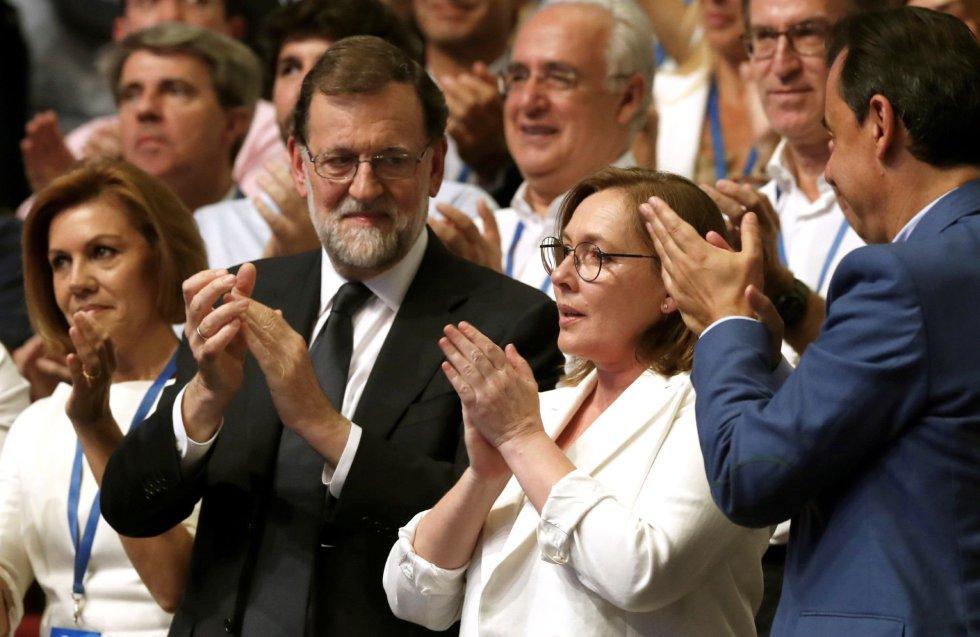 El expresidente del Gobierno Mariano Rajoy (2i), junto a su esposa, Elvira Fernández Balboa (2d), la exministra de Defensa María Dolores de Cospedal (i), y el coordinador general del PP, Fernando Martínez Maíllo (d), durante la celebración del Congreso Nacional del Partido Popular, hoy en Madrid