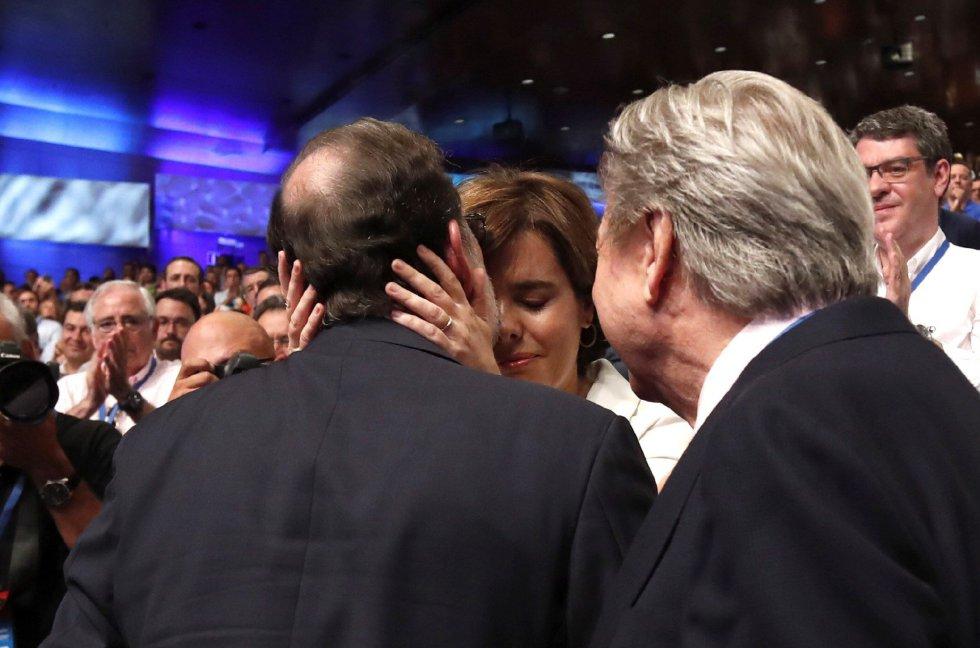 El presidente del PP, Mariano Rajoy (i), junto a la candidata a liderar al PP, Soraya Sáenz de Santamaría, durante la celebración del Congreso Nacional del Partido Popular, hoy en Madrid