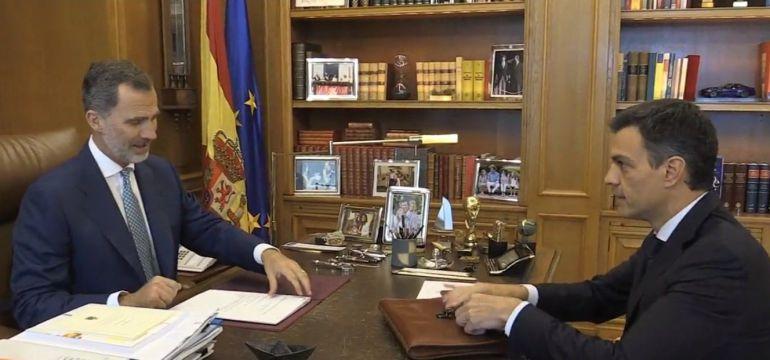 El Rey despachando con Pedro Sánchez bilaketarekin bat datozen irudiak