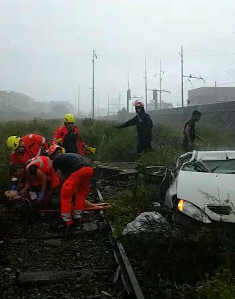 Varios miembros de los equipos de rescate atienden a una de las víctimas tras desplomarse un viaducto sobre la autopista A10 en Génova.