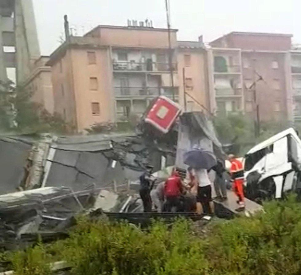 Momentos posteriores tras el derrumbe del viaducto en Génova del que se vino abajo un tramo de dos carriles de unos cien metros de longitud.