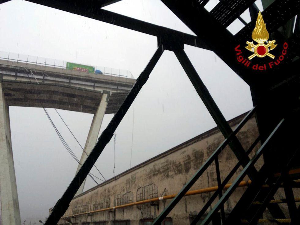 Imagen del viaducto derrumbado, que transcurre sobre una zona urbana en la que hay centros comerciales, edificios residenciales y áreas industriales.