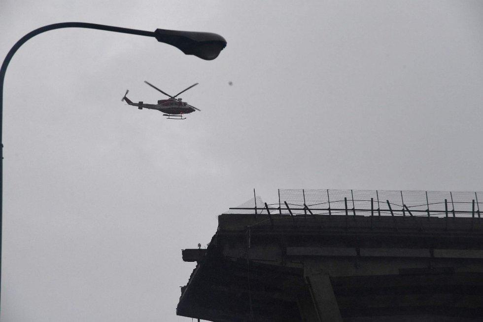 Un helicóptero sobrevuela la sección del viaducto sobre la autopista A10 que se desplomó en Génova.