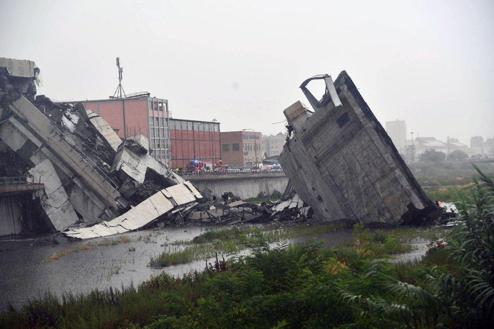 Otra de las imágenes de la sección del viaducto sobre la autopista A10 que se desplomó en Génova (Italia).