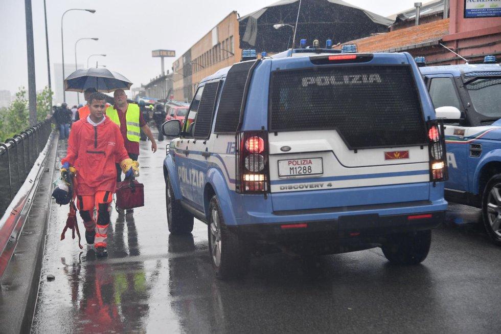 Trabajadores de los servicios de emergencia trabajan en el lugar donde una sección de un viaducto se desplomó.