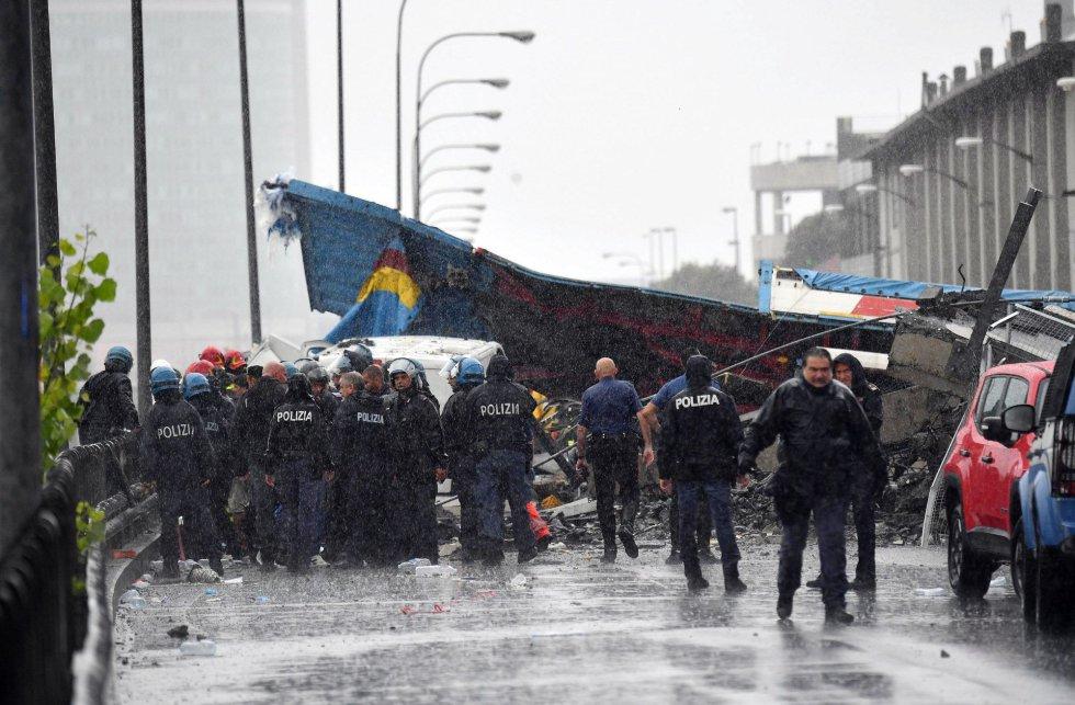 Las autoridades buscan damnificados entre los vehículos caídos al vacío y bajo los escombros del viaducto derrumbado en Génova.