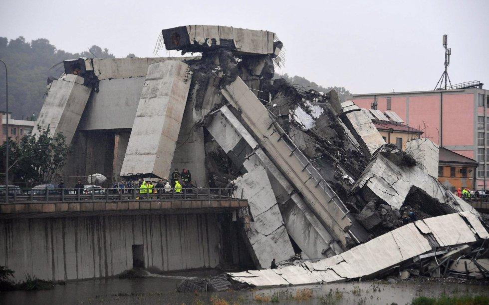 Otra perspectiva de la sección del viaducto Morandi que se desplomó en Génova (Italia).