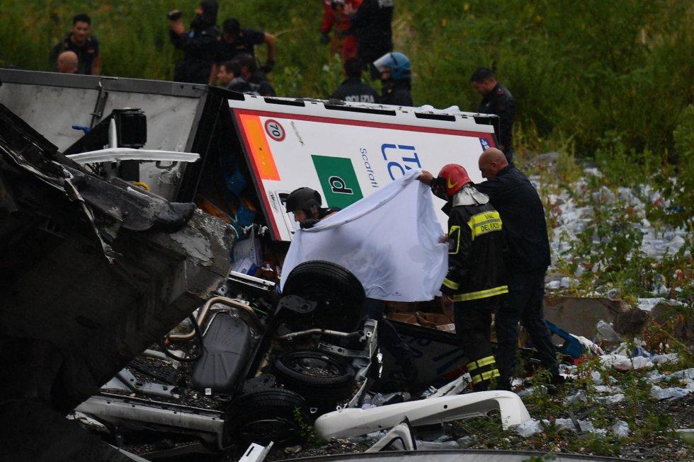 Los servicios de emergencia extraen un cadaver de los escombros tras derrumbarse una sección del viaducto Morandi.