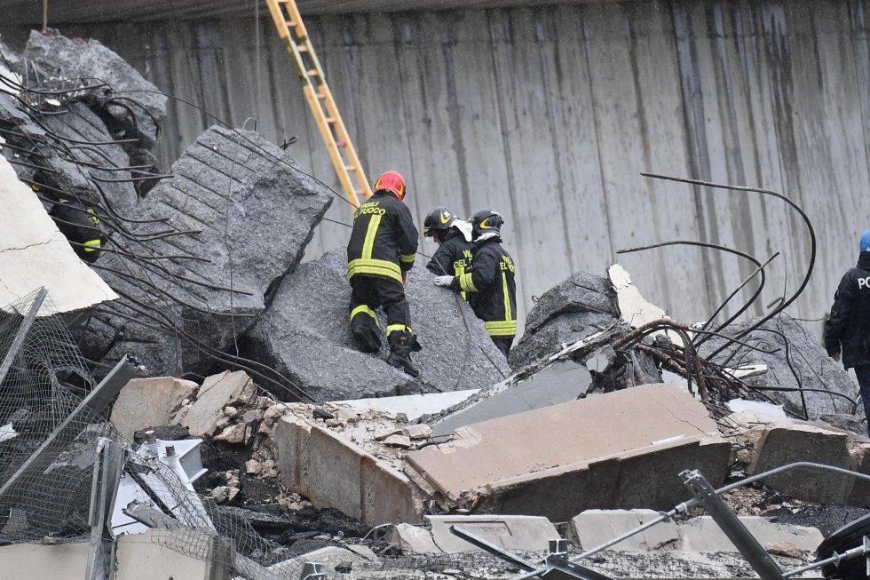 Los bomberos continúan con la búsqueda de heridos entre lso escombros.