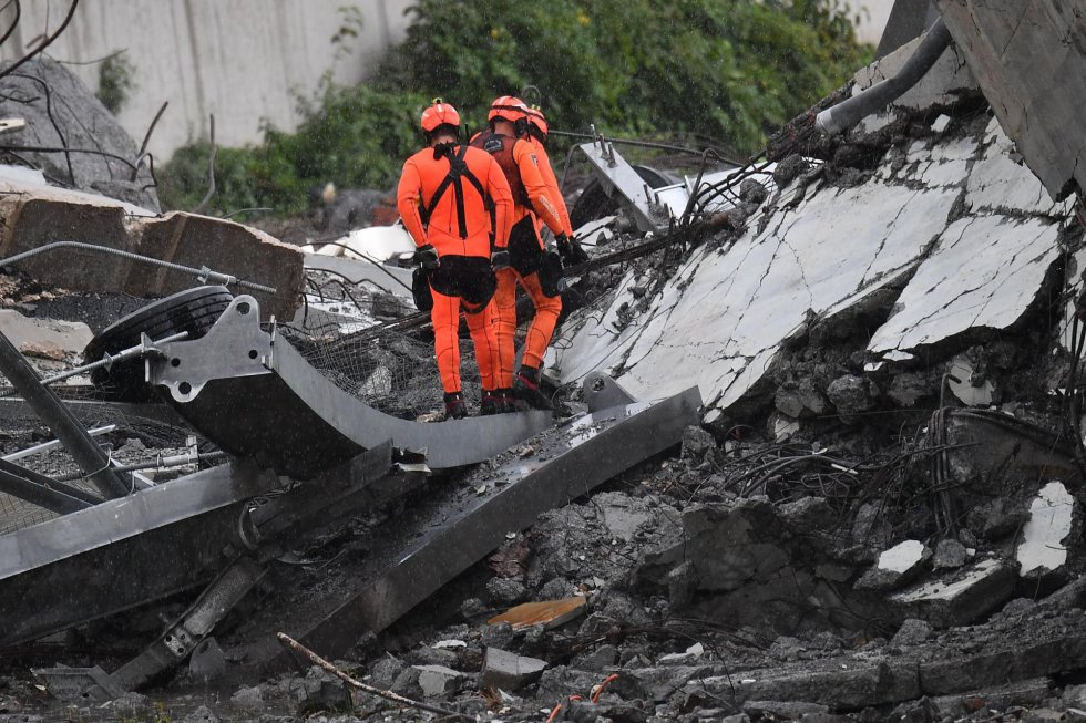 Dos integrantes del servicios de rescate, en las inmediaciones del derrumbe.