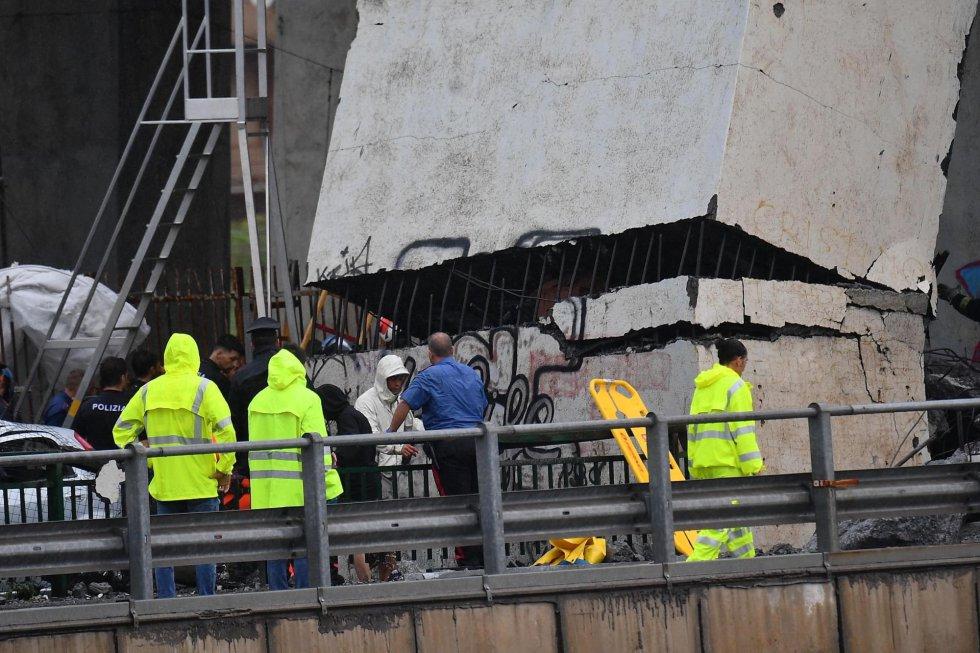 Varios policias en uno de los accesos al viaducto, tras su derrumbe.