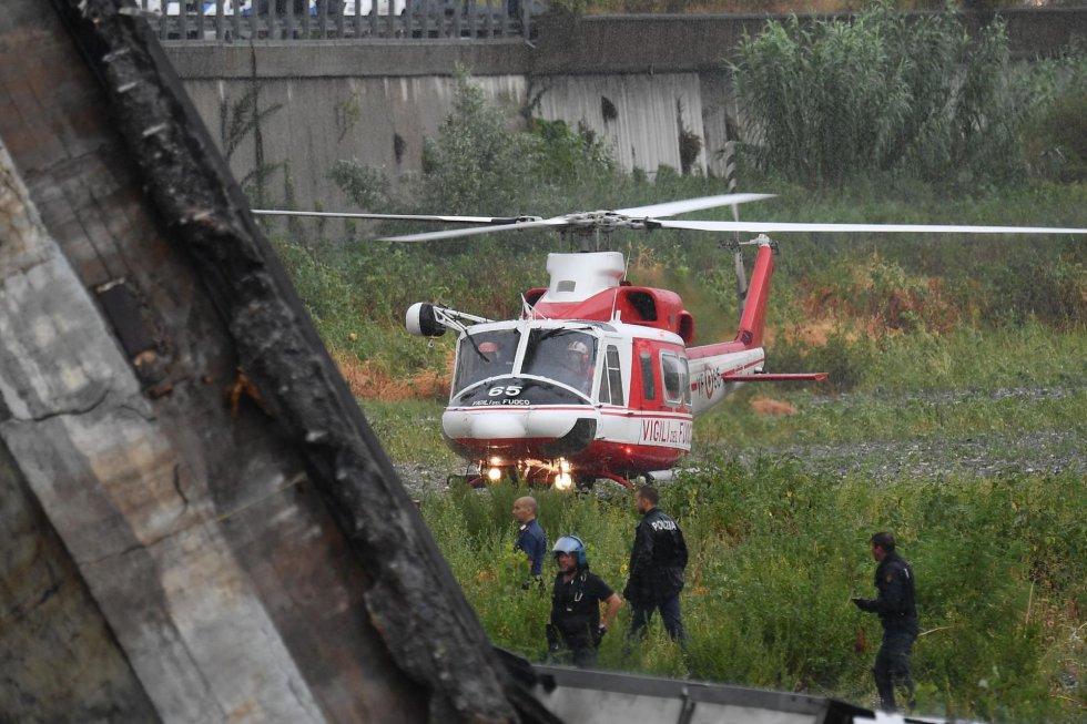 Imagen de uno de los helicopteros que está trabajando en las labores de rescate.