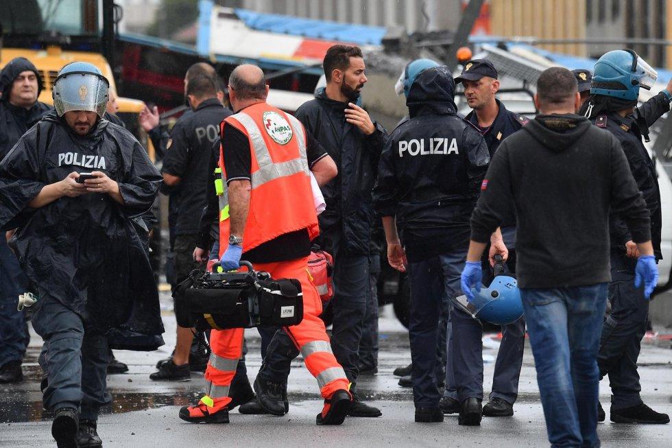 La Policia italiana junto con el equipo de rescate.