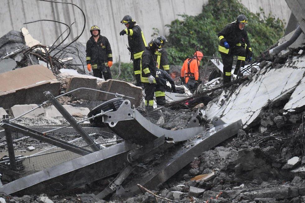 Bomberos realizando búsquedas entre los restos del viaducto.