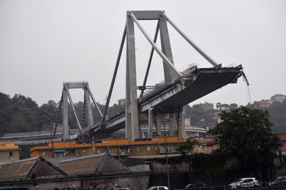 Vista del viaducto Morandi tras derrumbarse una sección de la infraestructura en Génova (Italia).