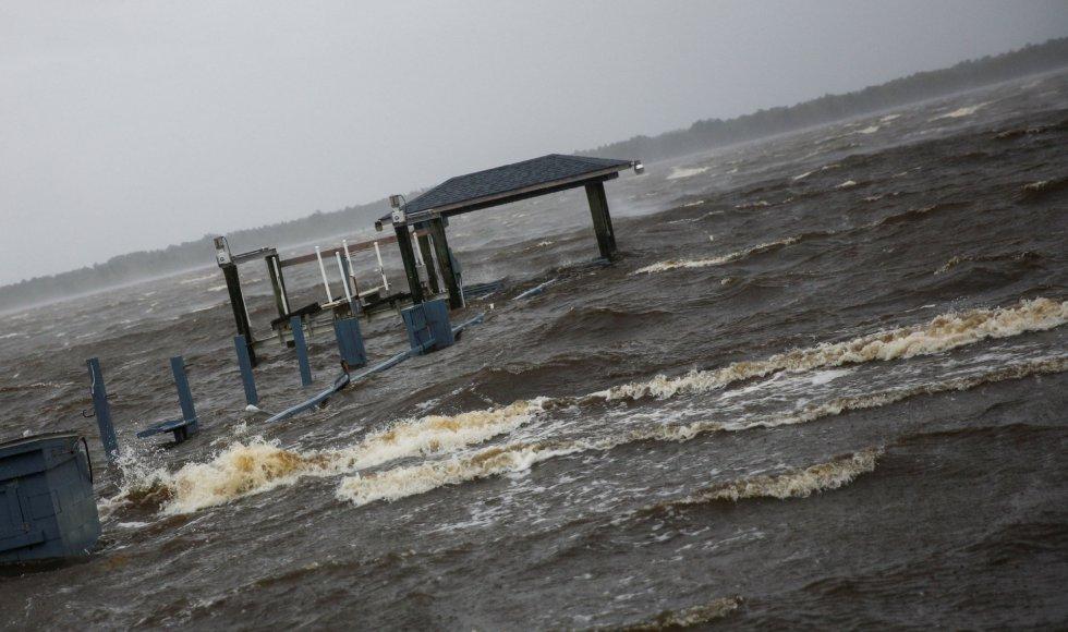 Comienzan a notarse las consecuencias de la llegada del huracán a las costas de Carolina (EEUU)