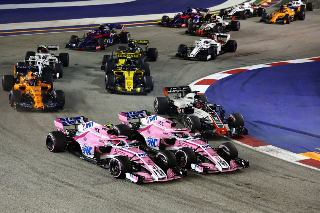 Esteban Ocon, Force India, y Sergio Perez, Force India, en un choque durante el GP de Singapur