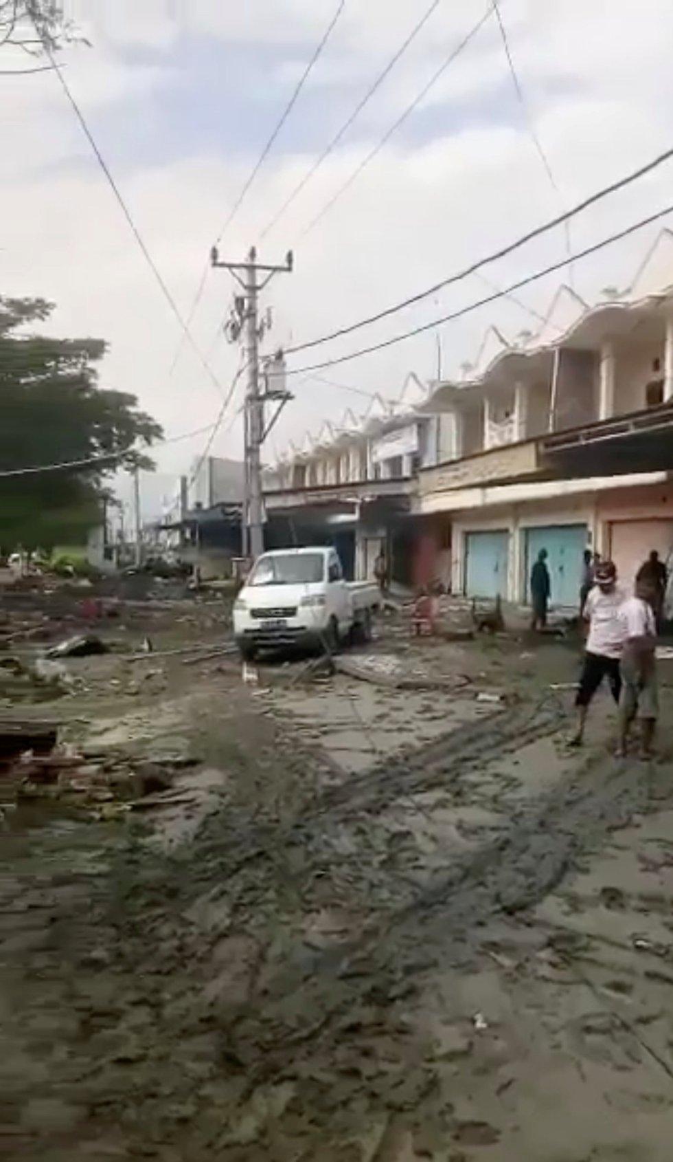 Otra de las calles de la población de Palu (Indonesia).