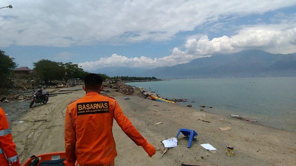 Los equipos de rescate en una de las playas de Indonesia.